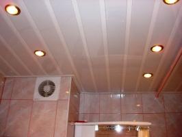 подвесной реечный потолок для ванной комнаты