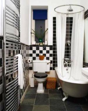 маленькая черно белая ванная комната