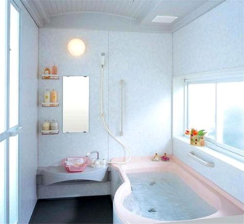 окно в маленькой ванной комнате