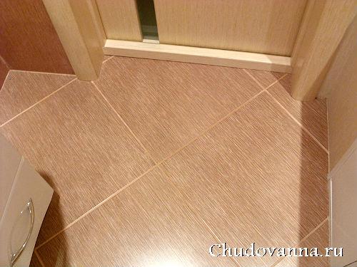 Отделка пола в ванной керамической плиткой