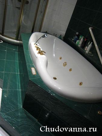 гидромассажная ванна на подиуме