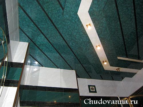 потолок в ванной из ламинированных панелей