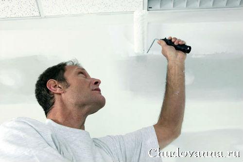 Как покрасить потолок в ванной?