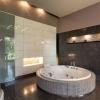 Большая ванная комната с джакузи