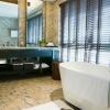 Просторная ванная с большим окном