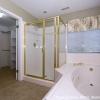 Большая ванная с душевой кабиной и гидромассажной ванной