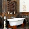 Ванна на деревянных ножках в оригинальном интерьере