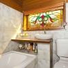 Ванная комната с витражами