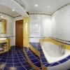 Ванна на подиуме в интерьере совмещенного санузла
