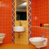 Яркая ванная комната с современной сантехникой