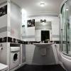 Ванная комната с душевым боксом и стиральной машиной