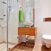 Современная ванная с отделкой плиткой и водостойким ламинатом
