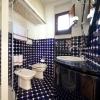 Стильная ванная в бело-синем цвете
