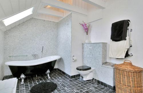 большая черно белая ванная комната