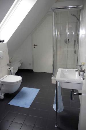 дизайн маленькой ванной комнаты в мансарде