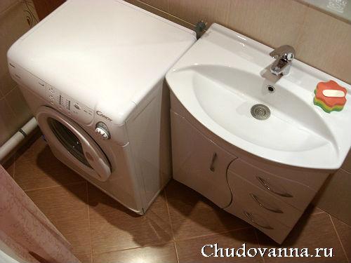раковина с тумбой и стиральная машинка