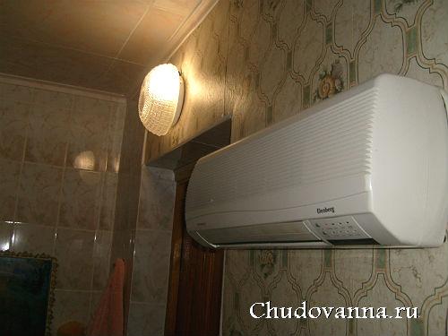 светильник над дверью в ванной