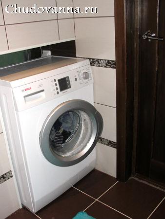 стиральная машинка в маленькой ванной комнате