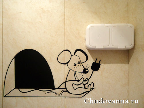 наклейка на стене в ванной