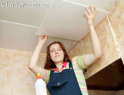 Как клеить потолочную плитку в ванной?