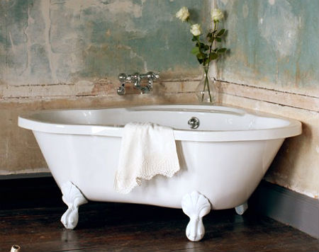 Угловая ванна на ножках фото