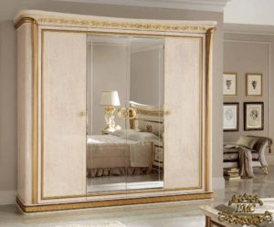 шкаф с распашными дверями в спальне