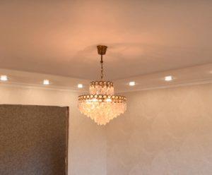Натяжной потолок делать до или после поклейки обоев?