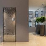 Стеклянные межкомнатные двери в гостиной